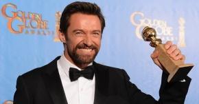 14jan2013---hugh-jackman-posa-com-globo-de-ouro-de-melhor-ator-de-comedia-ou-musical-1358142091136_956x500
