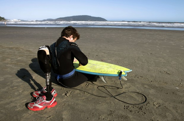 ESPORTES - PAUÊ LIVRO - O surfista e triatleta profissional biamputado Paulo Eduardo Chieffi,26 conhecido como Pauê, escreve o livro de sua vida após o acidente com um trem em 2000, que ficou biamputado.