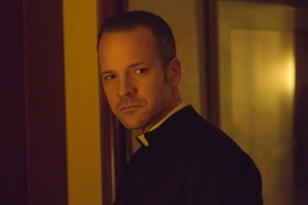 Priester William Lombardy (Peter Sarsgaard)