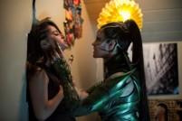 Trini (Becky G) in den Fängen von Rita Repulsa (Elizabeth Banks)